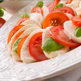 Tomate-Mozzarella mit frischem Basilikum