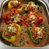 Geschmorte Paprikaschoten mit Gemüsefüllung auf Tomatencremesauce (vegan)