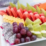Saisonale, dekorativ angerichtete Obstplatte (vegan)
