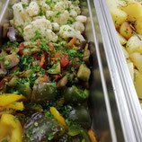 Pfannengemüse mit Rosmarinkartoffeln und Kräutern (vegan)