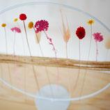 Buntes Blumenbeet im stehenden Metallring