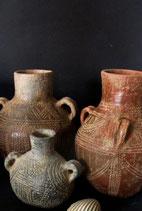1.11 Cerámica neolítica impresa. La pieza roja,grande,  a la dercha