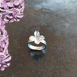 NEU Flieder Blüten Ring mit breiter Ringschiene