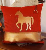 Housse de coussin toile rouge cheval cuir doré