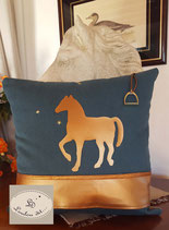 Housse de coussin toile cheval cuir doré bleu