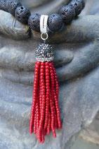 Eine rote Perlenquaste gibt Energie