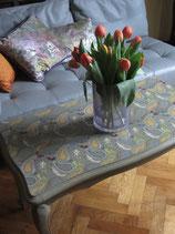 Table de salon shabby chic vert de gris, motif pochoir couleurs variées