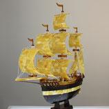 Segelschiff aus baltischen Naturbernsteinen