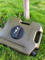 携行樹脂缶10L 硬質プラスチック製 日本では灯油用です、ボディに金具を付ければ、固定し、鍵を掛けれます。