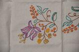 hanbestickte Tischdecke mit lila Blüte gelb rot Mitteldecke