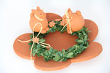 handgetöpferter Kerzenteller mit Ring, Blumen und Osterhasen
