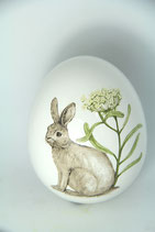 weißes Dolomit Ei zum Stehen mit Hase und Blume
