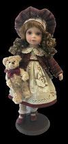 Porzellan-Puppe, Weste, Hut & Teddy, 47 cm, Holzständer