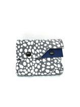 Porte-monnaie gris, blanc et bleu