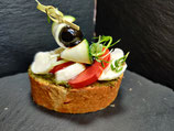 Tomaten-Mozzarella auf einem Basilikumpesto