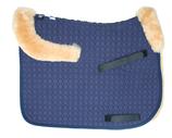 Mattes Schabracke mit Lammfellkissen, Lammfellstreifen entlang der Vorderkante und Rand vorne und hinten