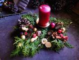 Adventsgesteck  auf Baumscheibe