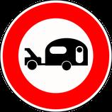"""B9i """"Accès interdit aux véhicules tractant une caravane ou une remorque de plus de 250 kg"""""""