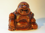 2253 Netsuke Katabori 形彫 Hotei mit Tamaperle, Holz