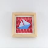 Origami Bateau Bleu Fond Motif Rouge - Format 14x14cm