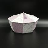Boîte octogonale violette et blanche