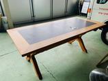 Massiver Holztisch mit Schieferplatte