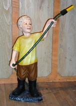 RIPO94 Junge Figur hält Wasserschlauch