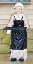 RIPO05 Oma mit Tablett Figur