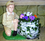 RIPO77 Junge Figur mit Pflanztopf