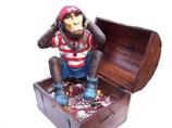 RI7A27 Affe Figur lebensgroß Pirat in Schatztruhe