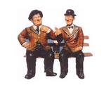 RIC1 Dick und Doof Figur auf Bank