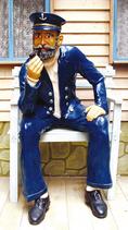 30110W Kapitän auf weißer Bank Figur lebensgroß Maritime Figur