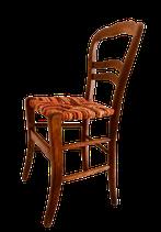 Chaise paillée ancienne en bois naturel avec un paillage en torons de tissus dans les tons rouilles, oranges