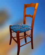 Chaise paillée en torons de tissus. Collection Mers. Bois naturel.