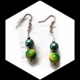 Boucles oreille pendantes fil aluminium argent, perles vertes