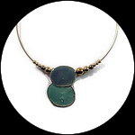 Collier ras du cou doré pendentif émaillé turquoise et perles.