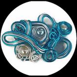Broche fil aluminium bleu vif et argent, perles fait main unique.