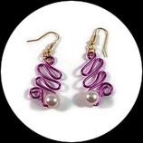 Boucles oreilles roses fil aluminium et perle.
