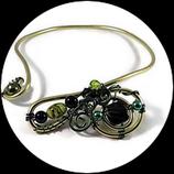 Collier  ras du cou en fil aluminium vert et noir, perles fait main.