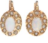 Antieke 14 karaat gouden oorhangers bezet met witte opaal en entourage van zaadparels.