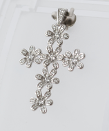 Ref.: 00021   Dije en plata 925 y zircon. Cruz de flores