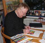 Joachim Frey beim Aquarellieren am Schreibtisch