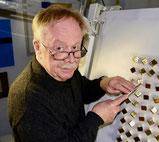 Joachim Frey beim Polieren von Blattgold