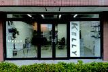 【カッティング×ヘアサロン】ガラス面を利用した店舗サイン。カッティングシートなので対侯性に優れ、短時間での施工が可能です。