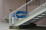 【カッティングシート×大型遊戯施設】ロゴを模ったカッティングシート。大型ガラス面の衝突防止と装飾効果を兼ねてロゴを使用しました。(100×200mm)