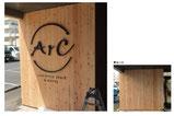 【チャンネルサイン×宿泊施設】木工壁面に30mm厚みのカルプ板を切り文字加工し、接着施工しました。立体的な仕上がりで、シンプルなロゴもインパクトが強くなりました。〔1500mm×1200mm/カルプ板/切り文字加工〕