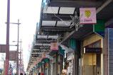【フラッグ×商店街】 一目につきやすい高い位置に数多くつけることでボリューム感を出しています。
