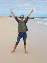 Eva Wlodarek glücklich am Strand von Fuerteventura