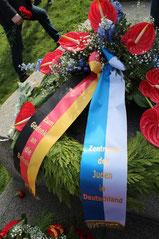 Kranz mit Inschrift: Zum Gedenken an die Befreier. Zentralrat der Juden in Deutschland. Sowj.Ehrenmal Treptow am 9.Mai 2015. Foto: Helga Karl