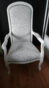 fauteuil Voltaire en mousse rénové par l'atelier de Sylvie